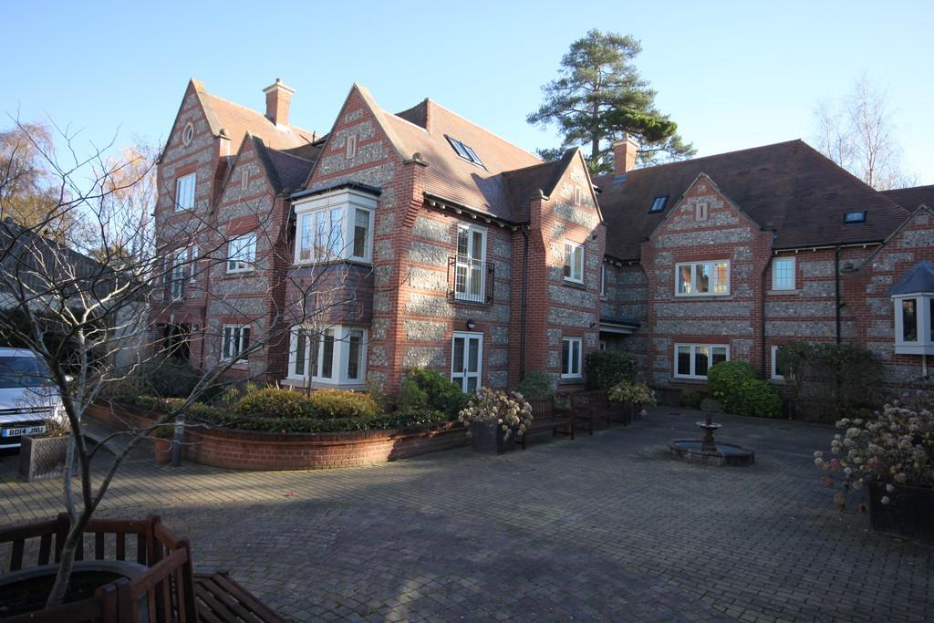 2 Bedrooms Flat for sale in FLORENCE COURT, WILTON, WILTSHIRE SP2 0FD