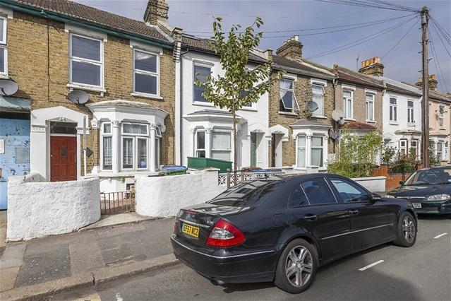 2 Bedrooms Flat for sale in Napier Road, Leytonstone