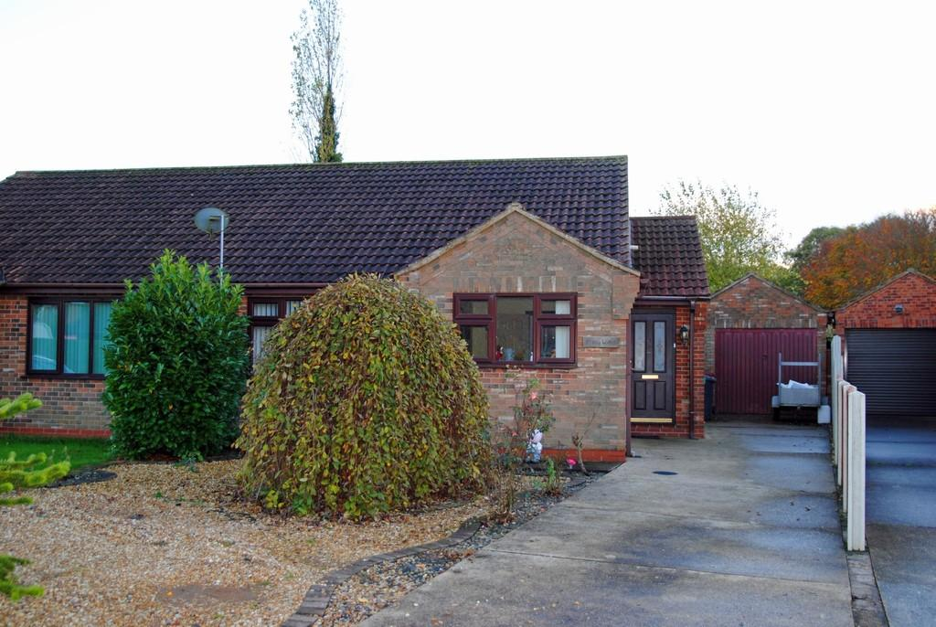2 Bedrooms Semi Detached Bungalow for sale in Hawthorn Close, Wootton, North Lincolnshire