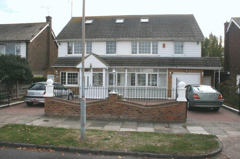 6 Bedrooms Detached House for sale in Wyatts Drive, Southend-On-Sea