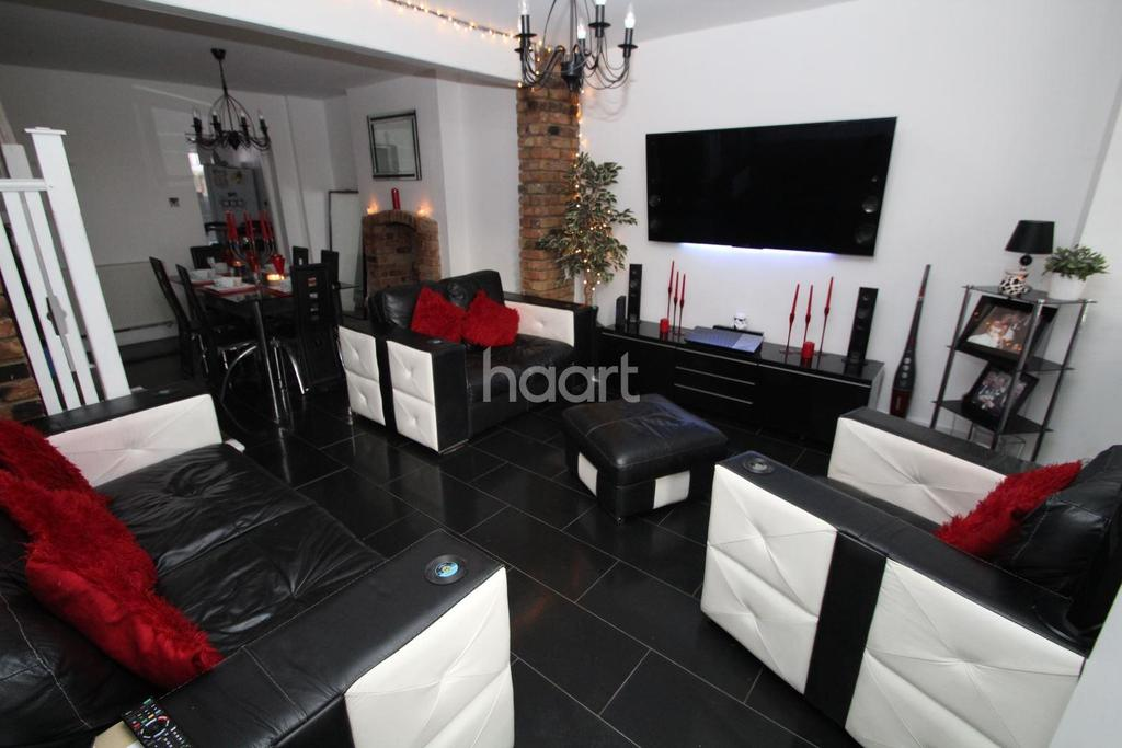 3 Bedrooms Terraced House for sale in Marks Road, Romford Centre