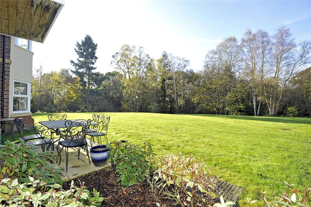 2 Bedrooms Retirement Property for sale in Burghley House, 1 Tudor Court, Bramshott, Liphook, Hampshire, GU30
