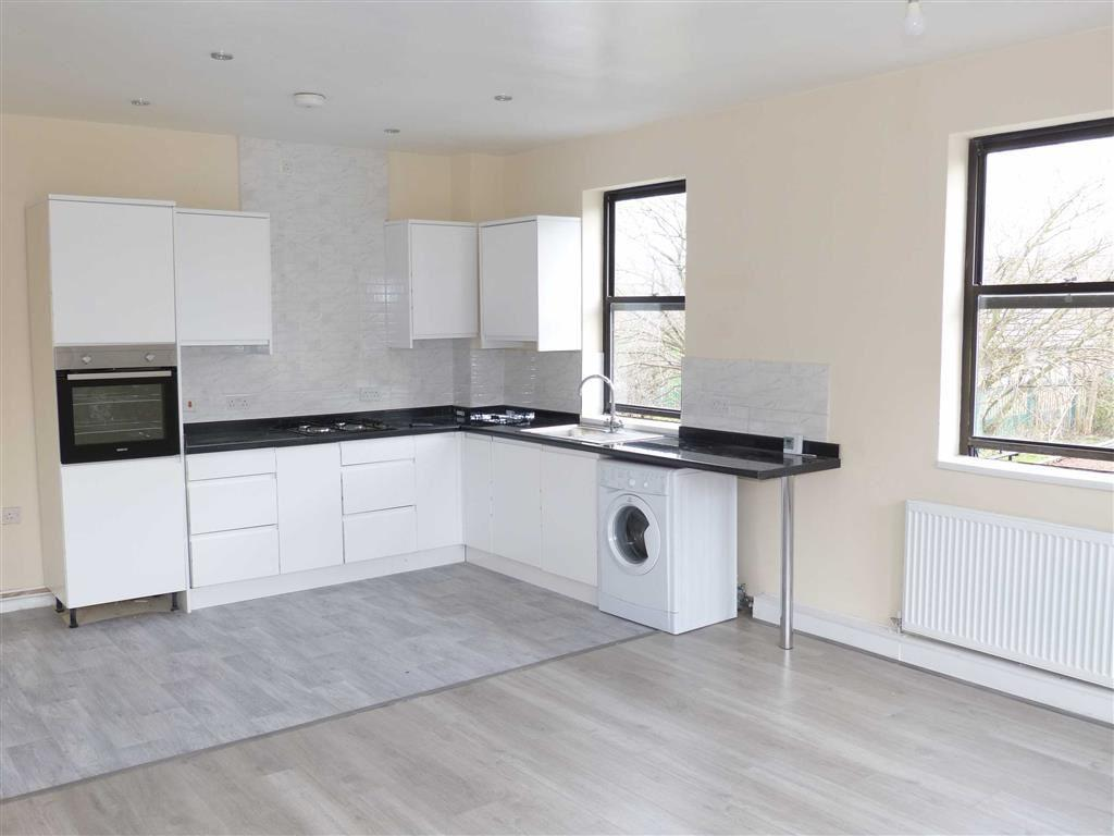 3 Bedrooms Flat for sale in Pennine Road, Glossop