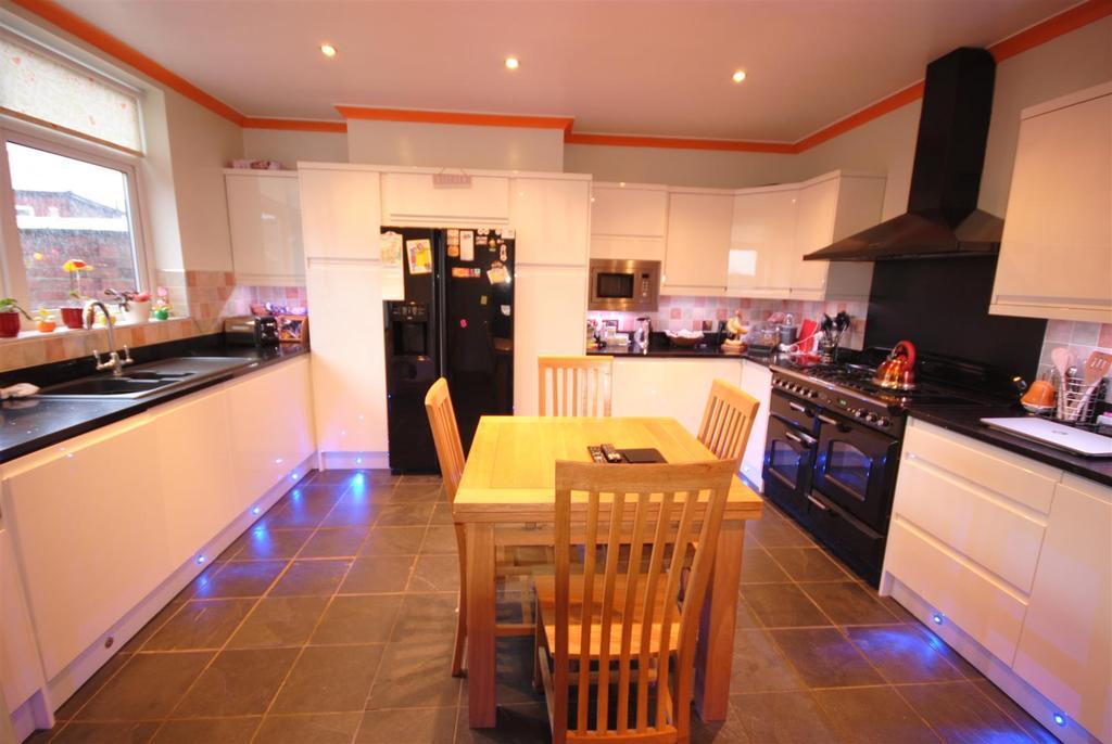 7 Bedrooms Detached House for sale in Earl Street, Swinley