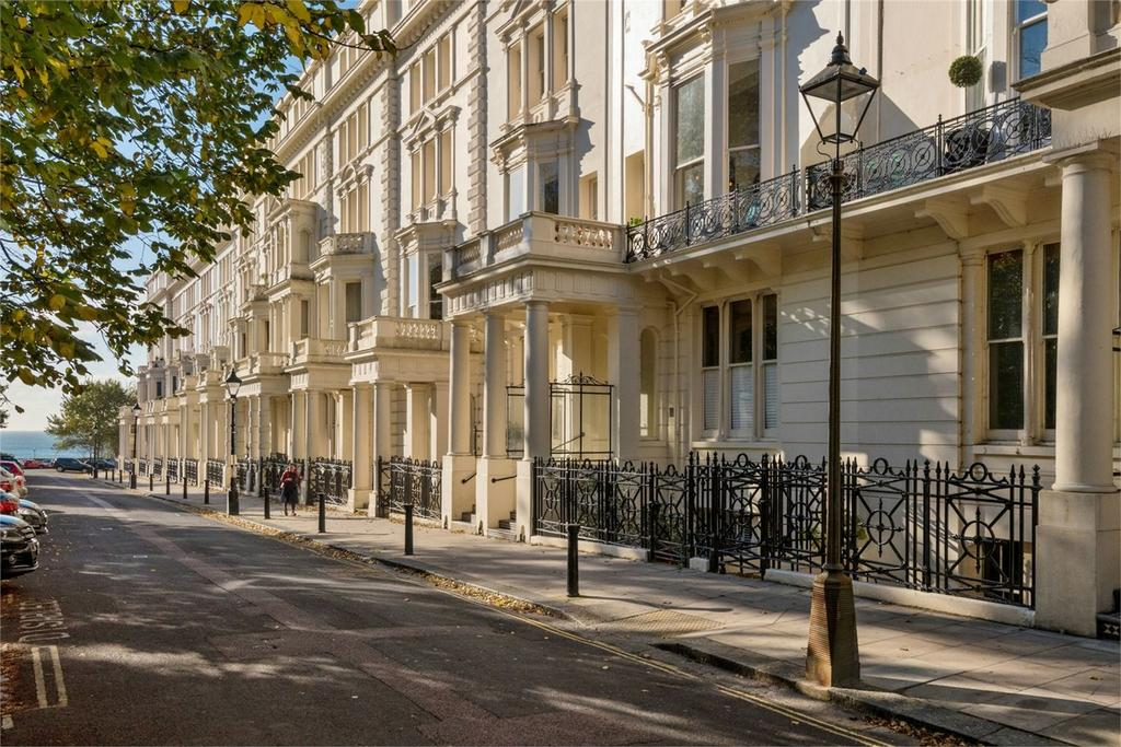 3 Bedrooms Flat for sale in Palmeira Square, Central Hove, East Sussex