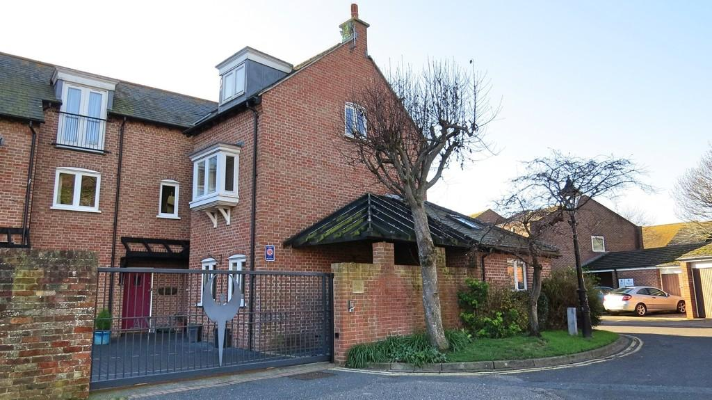 3 Bedrooms Mews House for sale in St. Aubyns Court, Poole