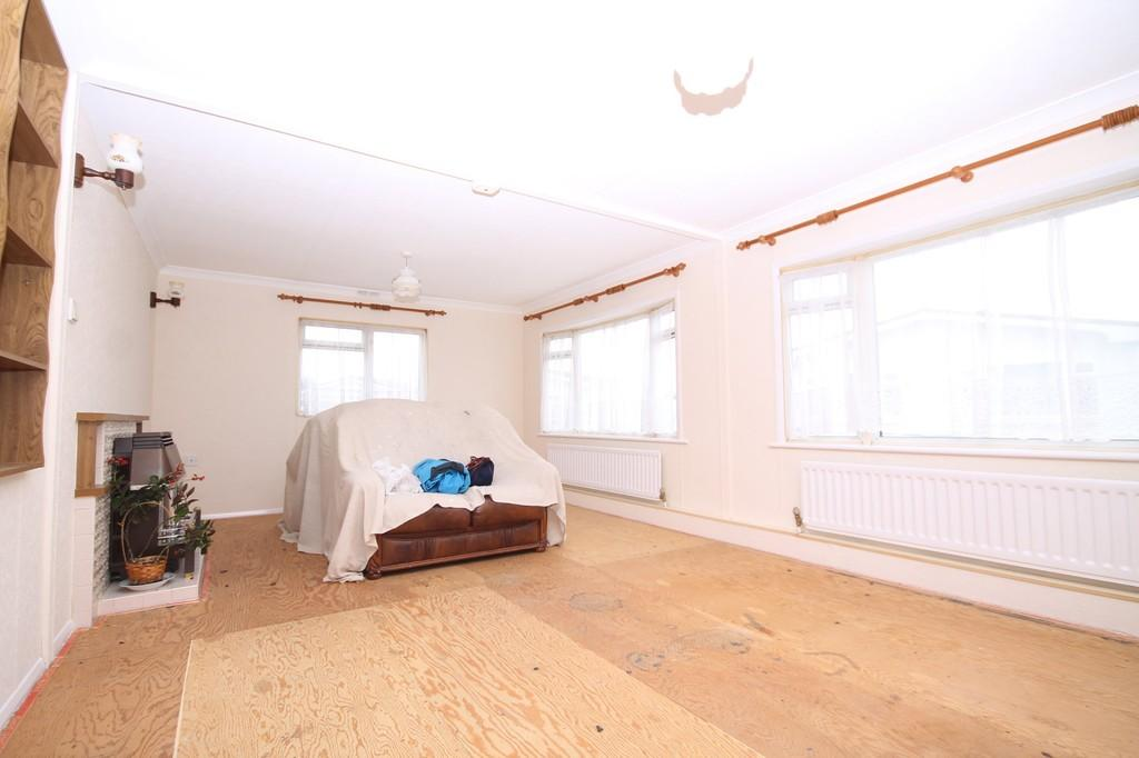 2 Bedrooms Detached Bungalow for sale in Willowbrook Park, Lancing, BN15 8JJ