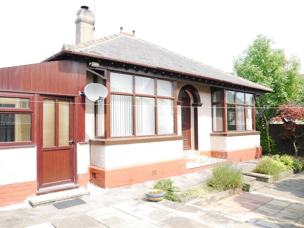 2 Bedrooms Detached Bungalow for sale in Moorcroft Drive, East Bierley, BD4 6NJ