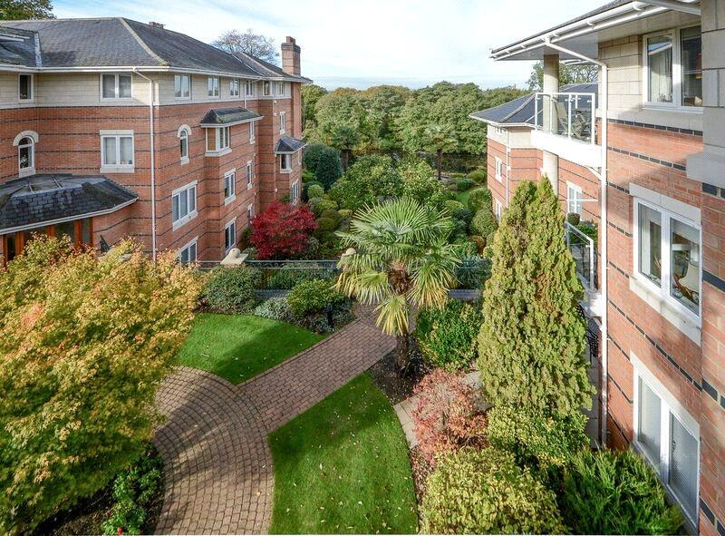 3 Bedrooms Flat for sale in Broadwater Place, Weybridge, Surrey, KT13