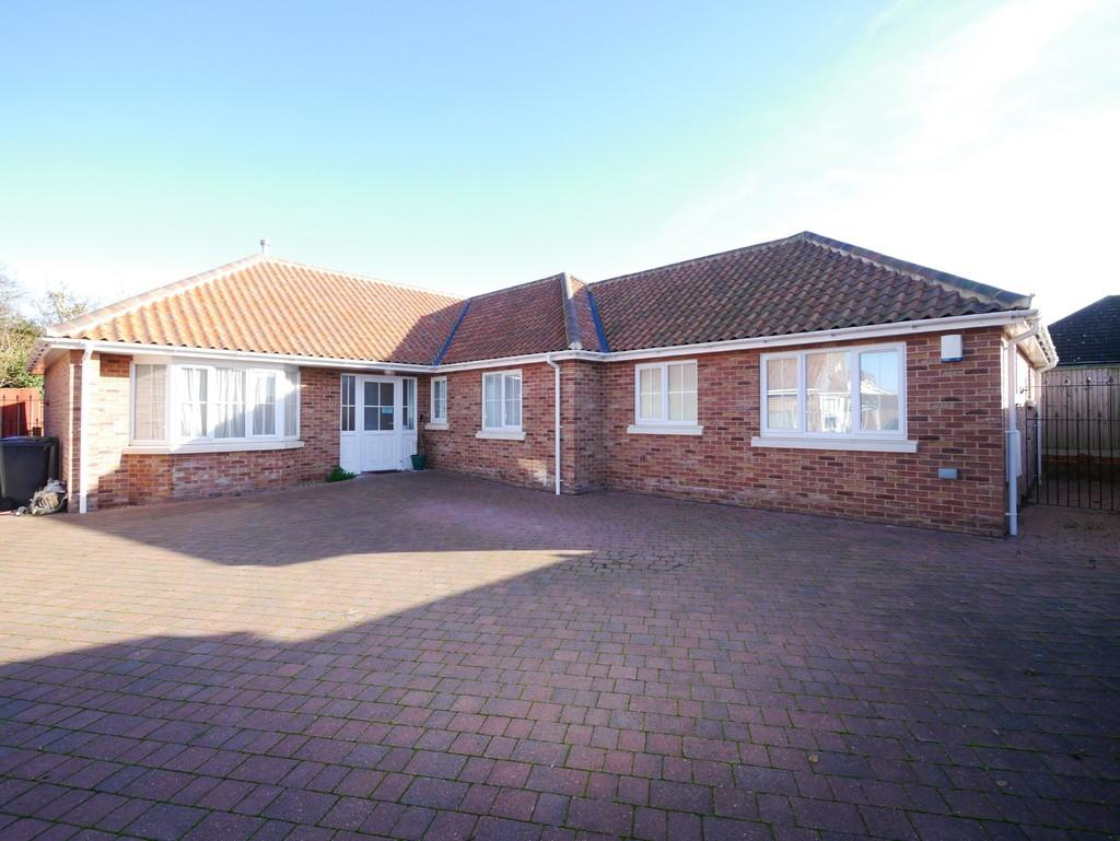 3 Bedrooms Detached Bungalow for sale in Orchard Avenue, Oulton Broad, Lowestoft