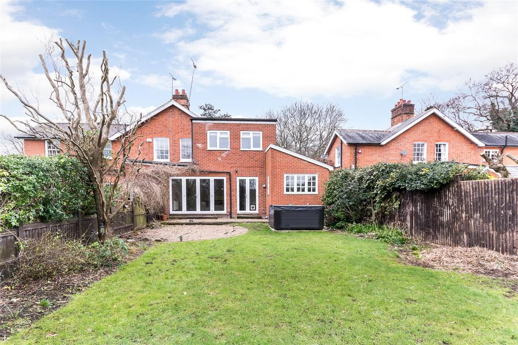 3 Bedrooms Semi Detached House for sale in Hardwick Lane, Lyne, Chertsey, Surrey