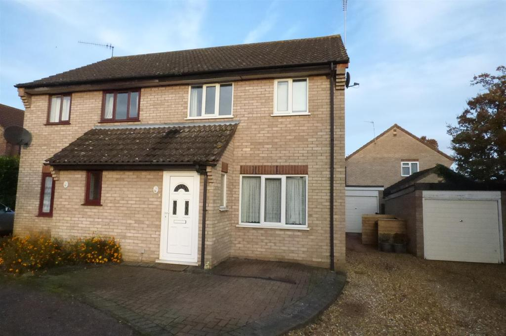 3 Bedrooms Semi Detached House for sale in Blackthorn Close, Thetford