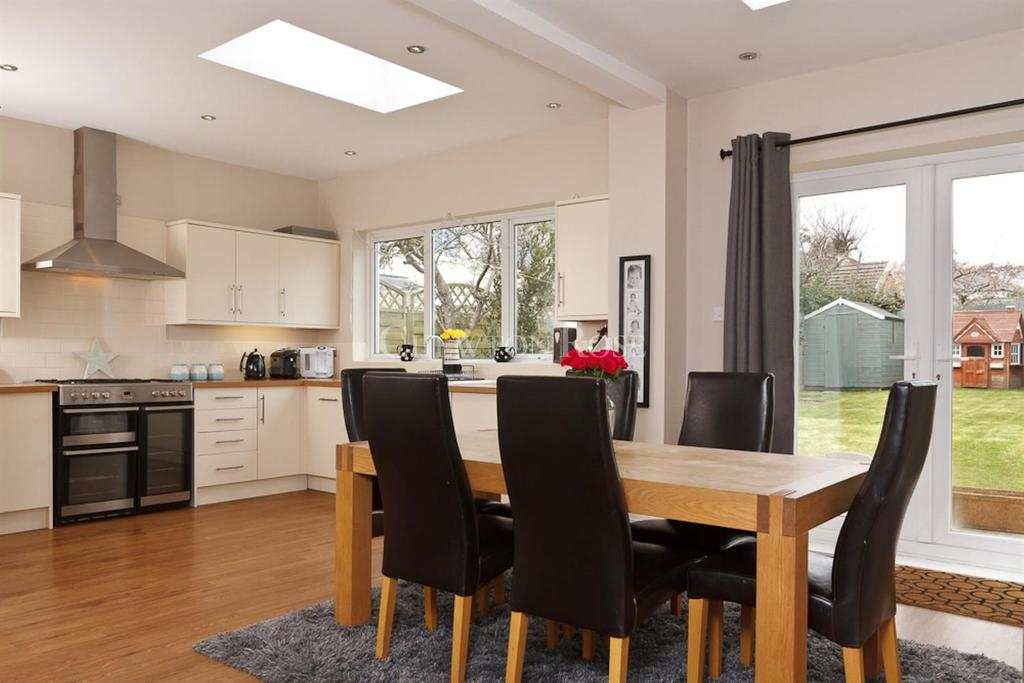 3 Bedrooms Semi Detached House for sale in Hastings Avenue, Penarth, Vale of Glamorgan