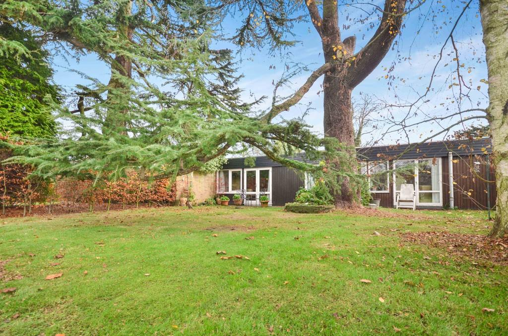 4 Bedrooms Semi Detached Bungalow for sale in Ardleigh Court, Ardleigh