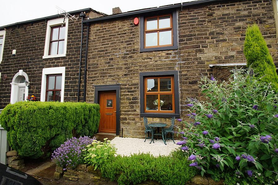 2 Bedrooms Terraced House for sale in Stockport Road, Lydgate OL4