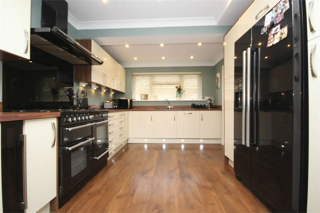 3 Bedrooms Semi Detached House for sale in Carisbrook Road, Pilgrims Hatch, BRENTWOOD, Essex