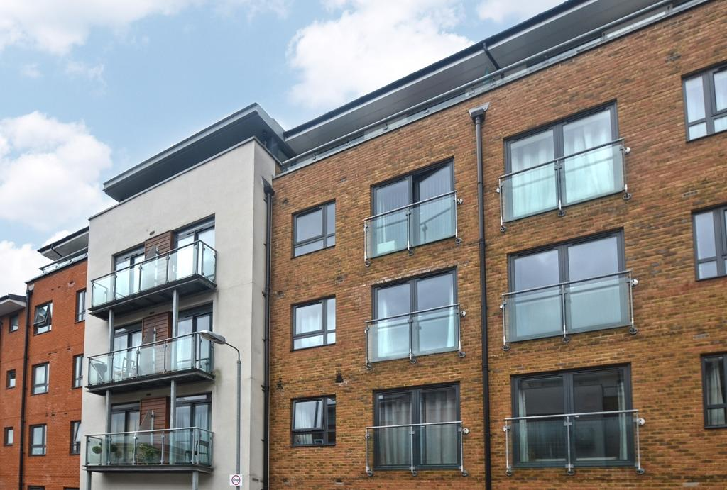 2 Bedrooms Flat for sale in Desvignes Drive Lewisham SE13