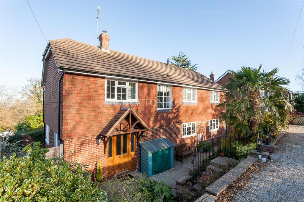 4 Bedrooms Detached House for sale in Vicarage Road, Burwash Common, East Susses TN18
