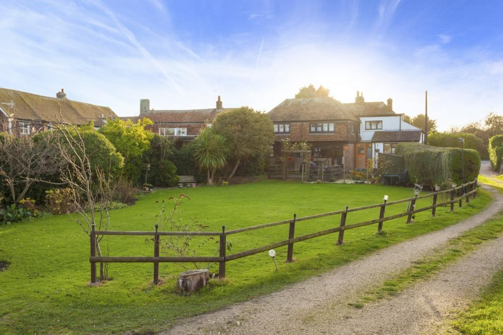 5 Bedrooms Detached House for sale in Mill Road, Dymchurch, TN29