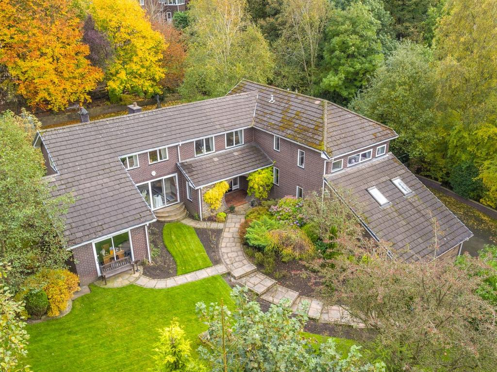 5 Bedrooms Detached House for sale in North Road, Glossop