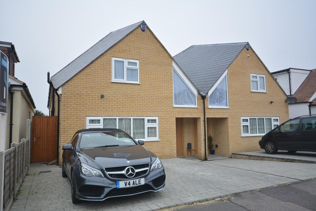 4 Bedrooms Semi Detached House for sale in Candover Road, Hornchurch RM12