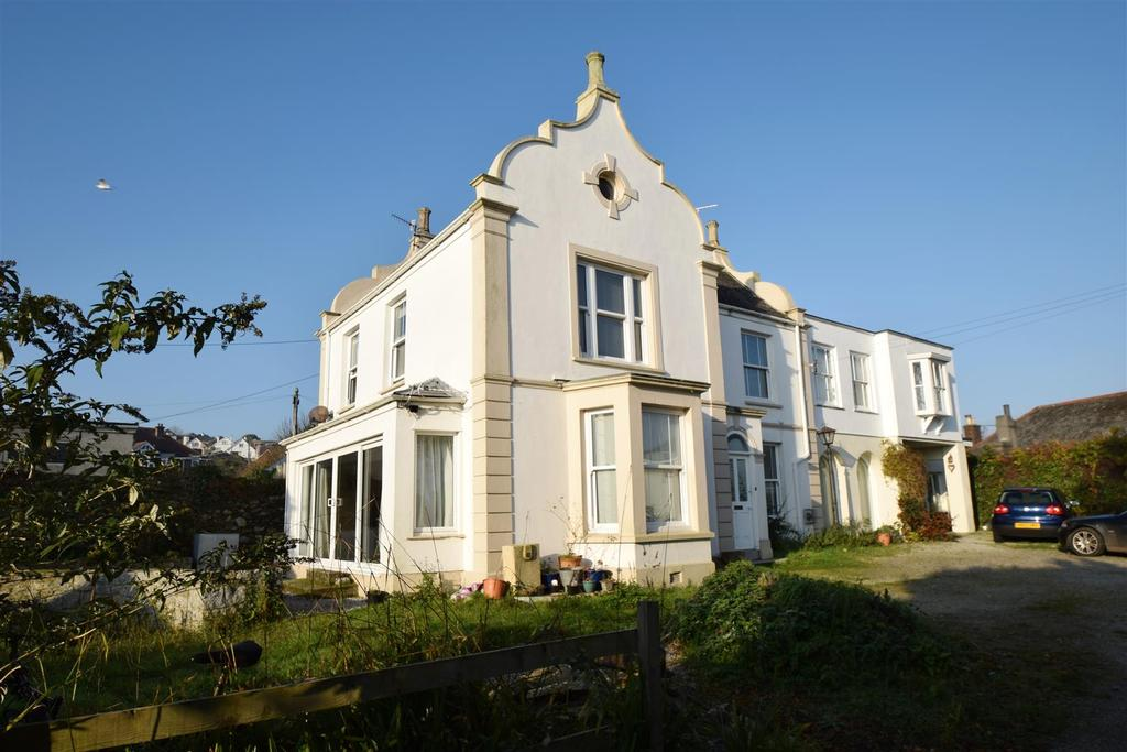 4 Bedrooms Semi Detached House for sale in Saracen Way, Penryn