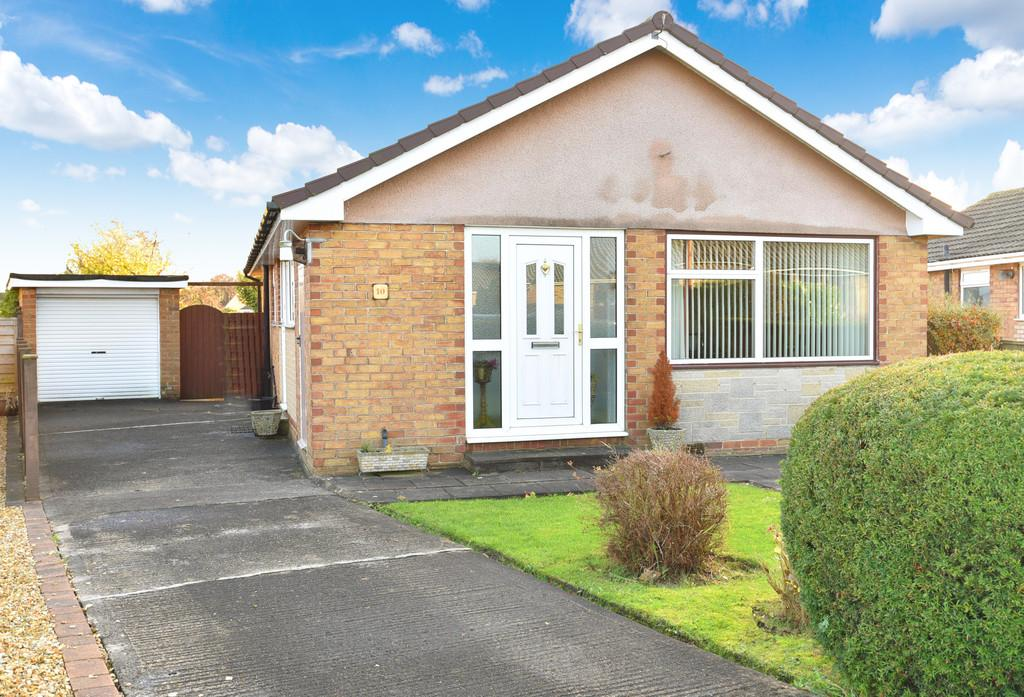 3 Bedrooms Detached Bungalow for sale in Larkfield Close, Harrogate