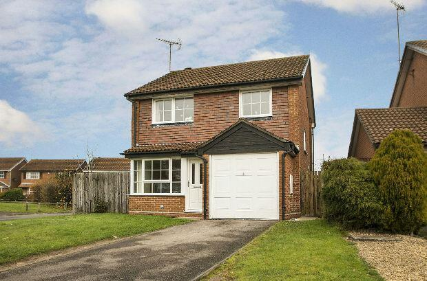 3 Bedrooms Detached House for sale in Dowding Close, Woodley, Reading,