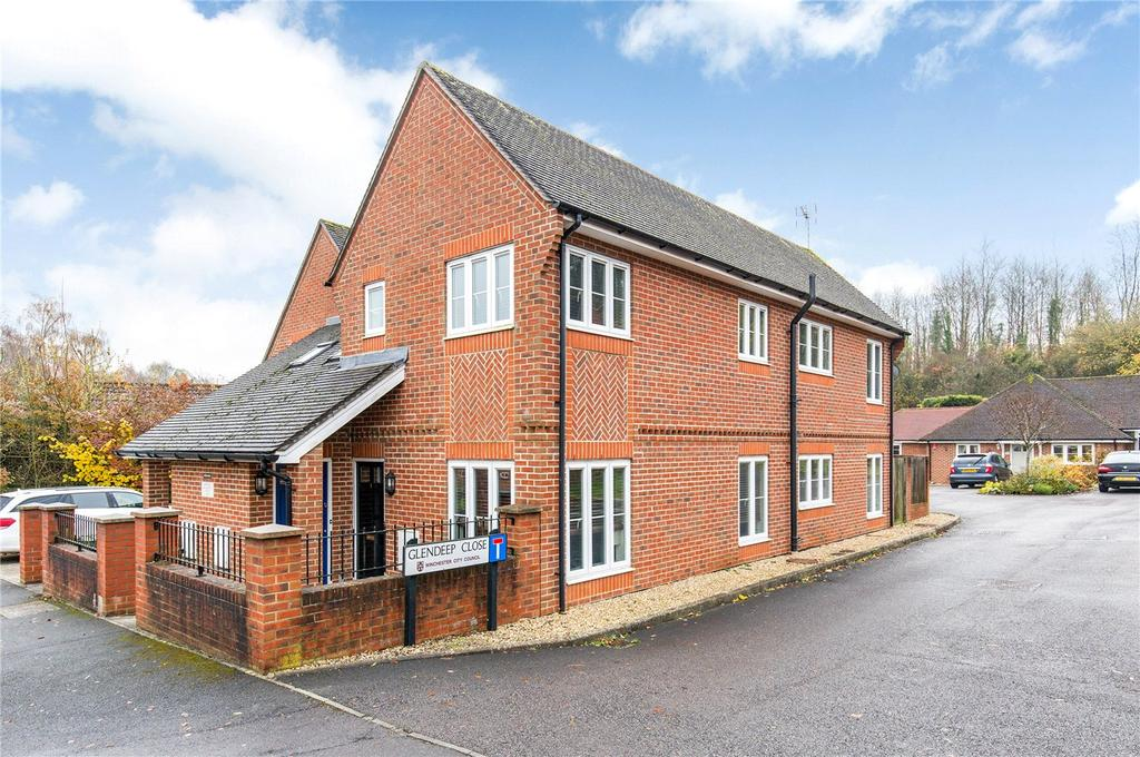 2 Bedrooms Flat for sale in Bentley Close, Kings Worthy, Winchester, SO23