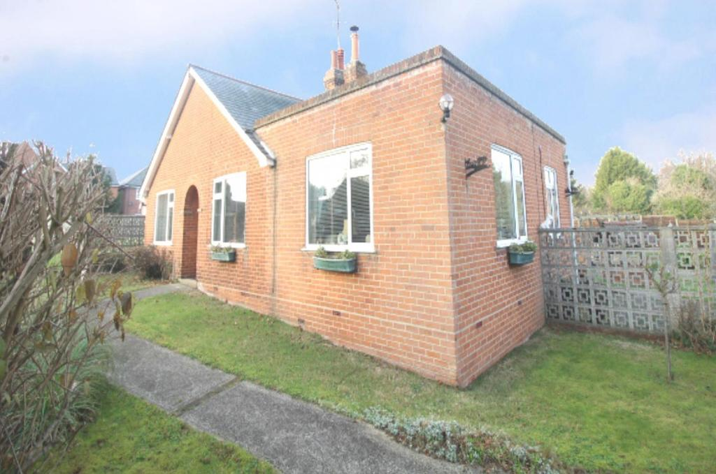 3 Bedrooms Detached Bungalow for sale in Bourne Road, Colchester, Essex, CO2
