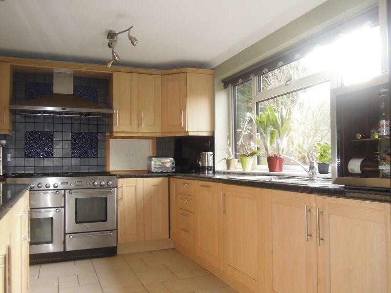 3 Bedrooms Semi Detached House for sale in Morley Close - EXTENDED - Close to Mainline Langley Train Station