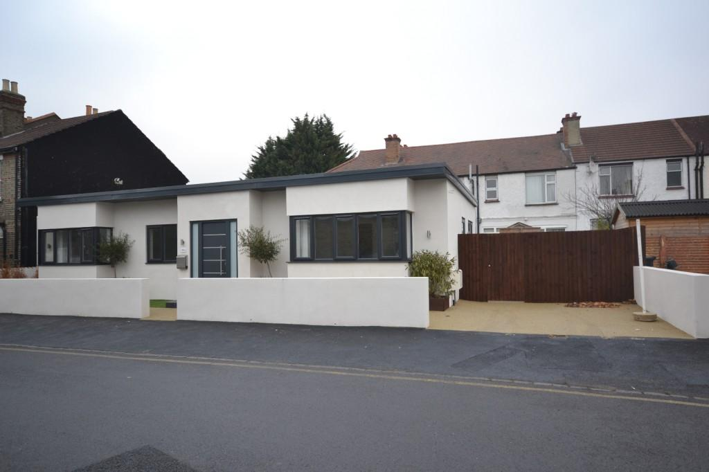 3 Bedrooms Bungalow for sale in Alma Place, Thornton Heath, London, CR7