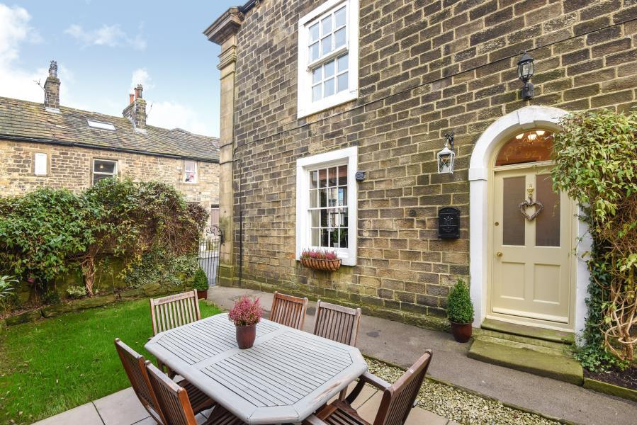 4 Bedrooms Cottage House for sale in MAIN STREET, ADDINGHAM, LS29 0PD