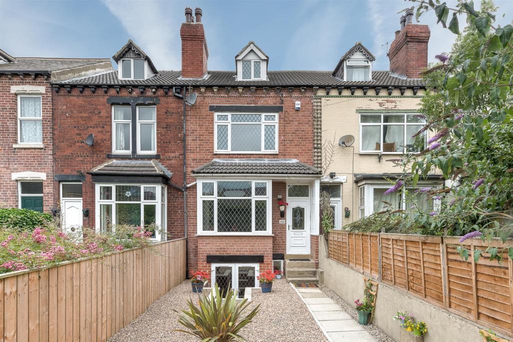 4 Bedrooms Terraced House for sale in Lidgett Lane, Garforth, Leeds