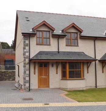3 Bedrooms Semi Detached House for sale in 3 Plas Newydd, Llanbedr, LL45