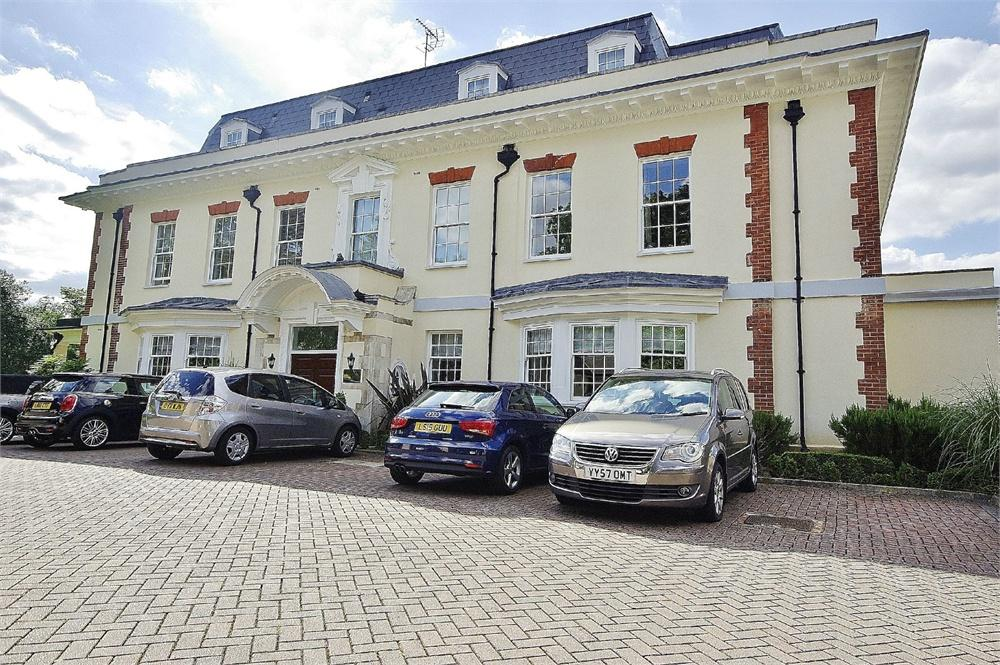 2 Bedrooms Apartment Flat for sale in Sparrows Herne Mansion, Fuller Close, Bushey Heath, Hertfordshire, WD23