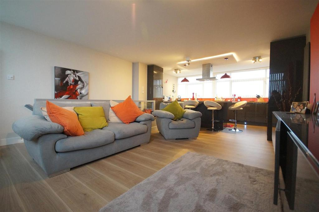 2 Bedrooms Apartment Flat for sale in The Parade, Pagham