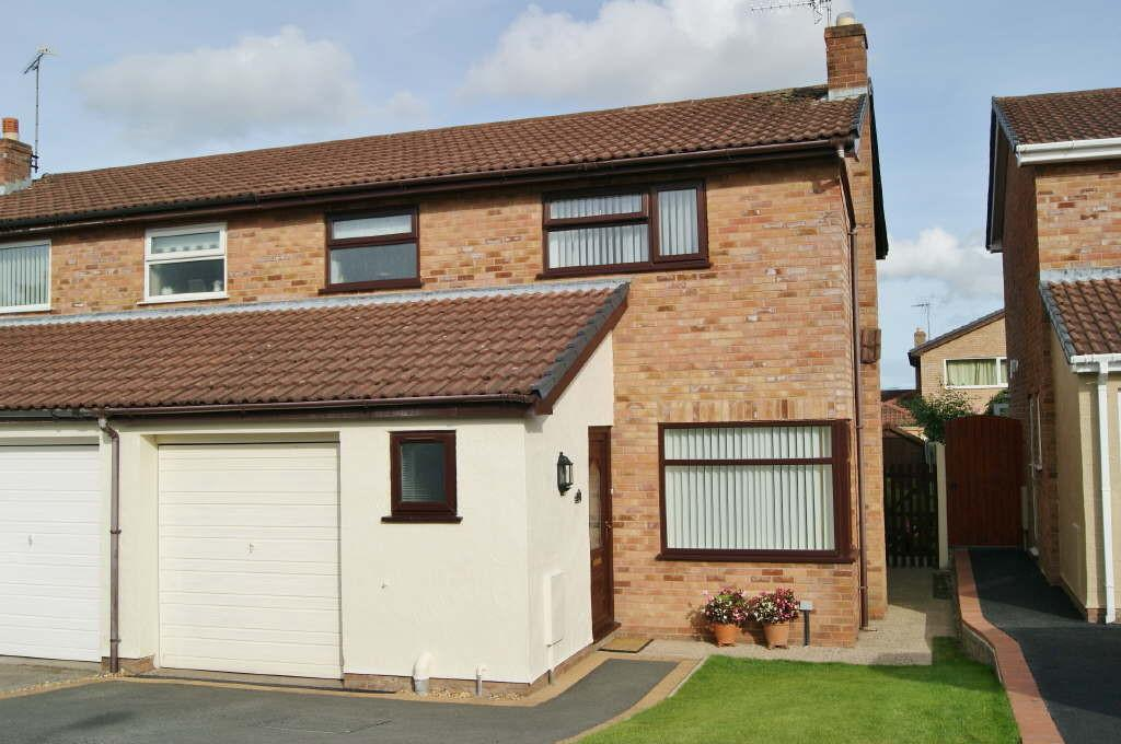 3 Bedrooms Semi Detached House for sale in Esless Park, Rhostyllen