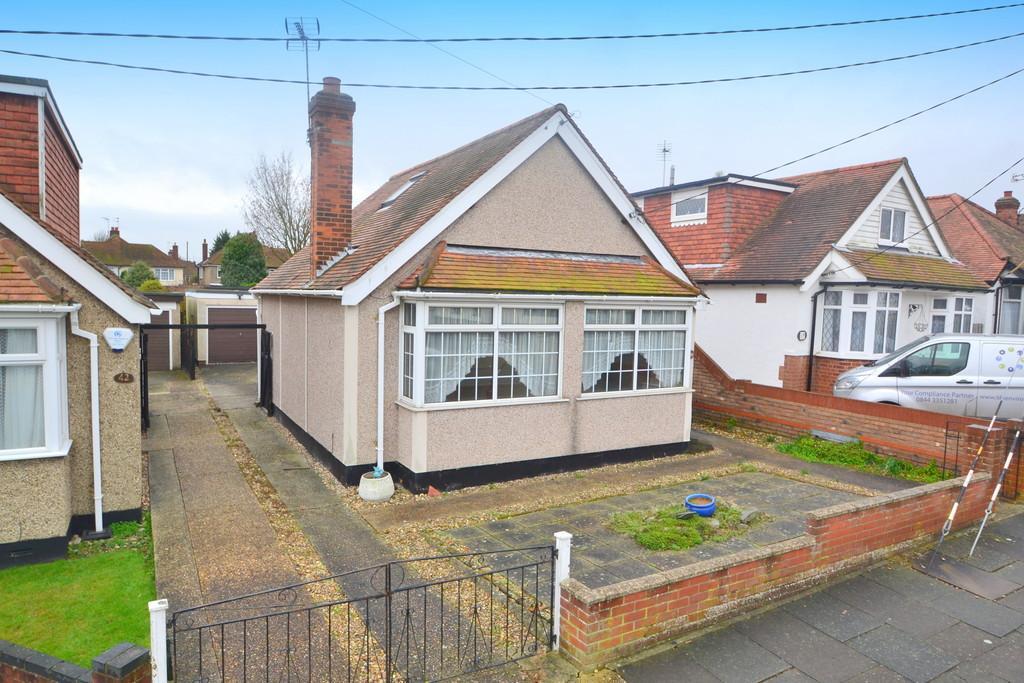 2 Bedrooms Detached Bungalow for sale in Seventh Avenue, Chelmsford