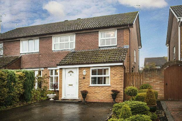 3 Bedrooms Semi Detached House for sale in Tiger Close, Woodley, Reading,