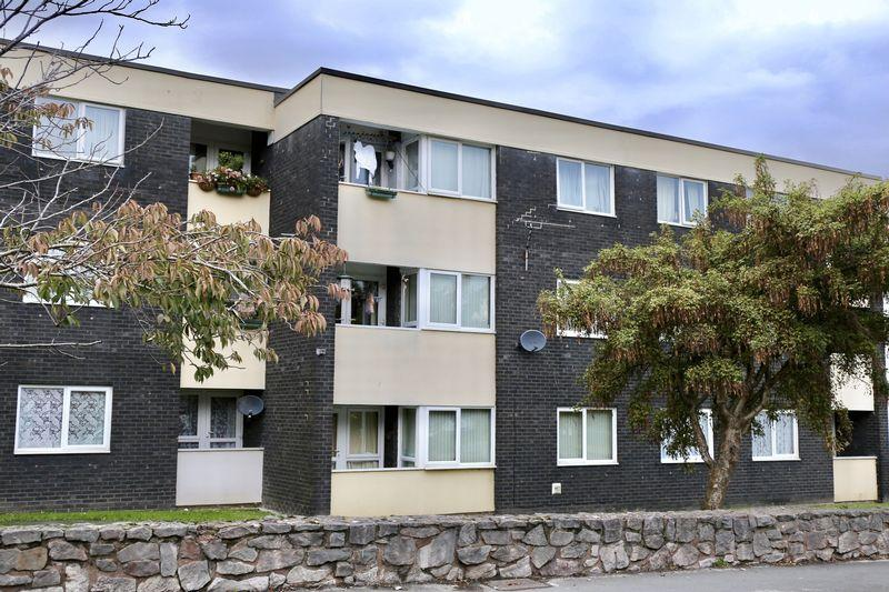 3 Bedrooms Apartment Flat for sale in Abbey Court, Greenfield Road, Holywell