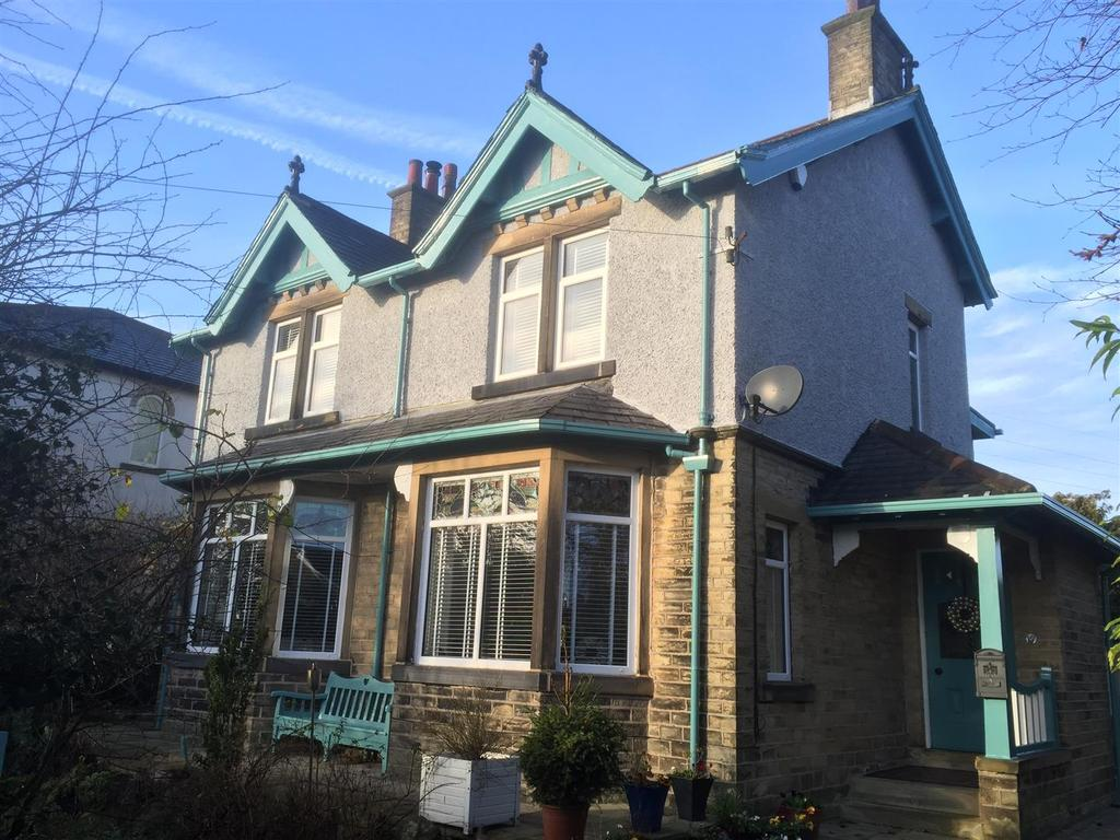 4 Bedrooms Detached House for sale in Moorhouse Lane, Birkenshaw, BD11 2BA