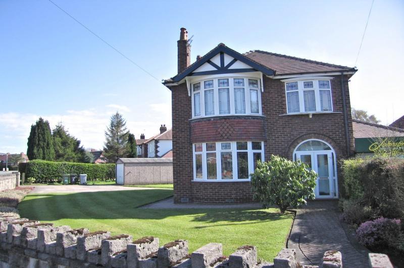 3 Bedrooms Detached House for sale in Dickens Lane, Poynton, SK12