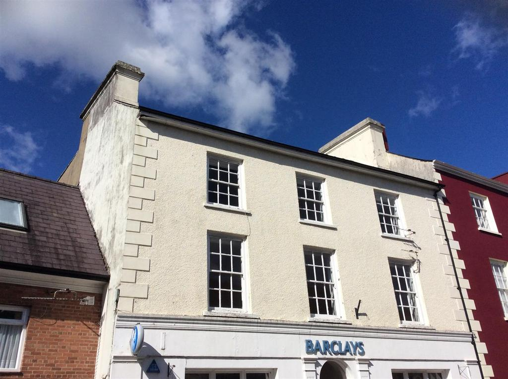 4 Bedrooms Flat for sale in Market Square/Garden Lane, Llandovery