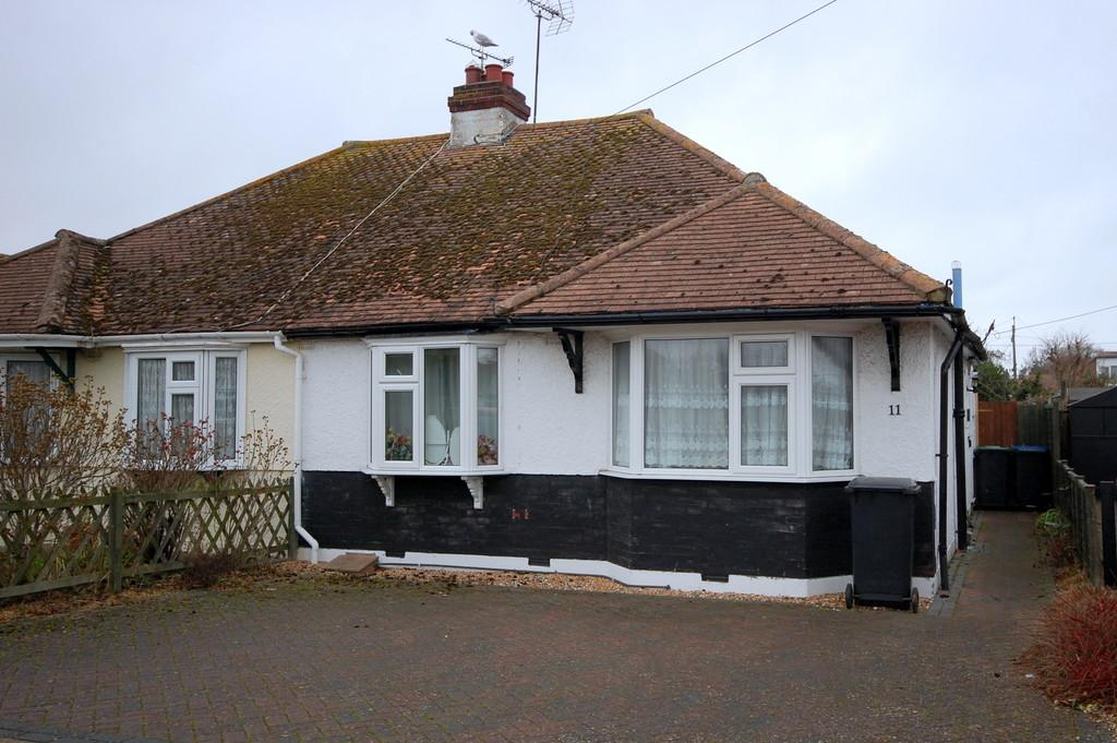 2 Bedrooms Semi Detached Bungalow for sale in Russell Drive, Whitstable
