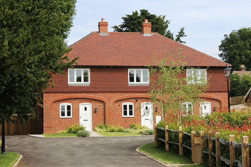 2 Bedrooms Terraced House for sale in OCKLEY, Nr DORKING