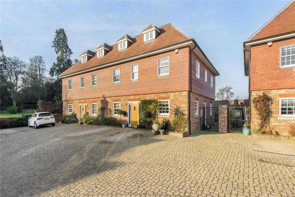 4 Bedrooms Semi Detached House for sale in Dovecote Mews, Breakspear Road North, Harefield, Uxbridge, UB9
