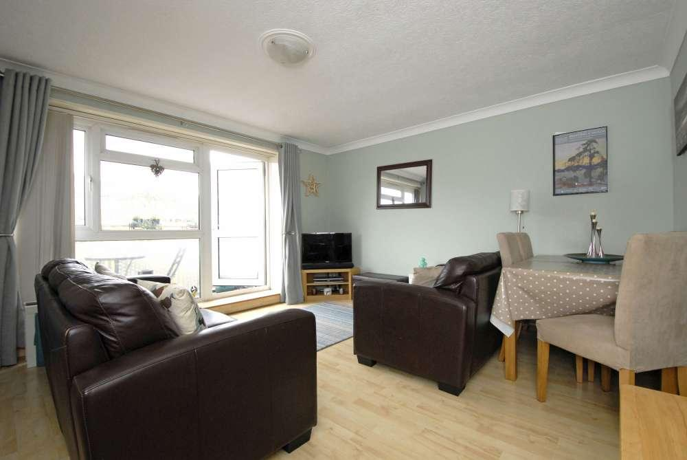 3 Bedrooms Flat for sale in Wood Vale,