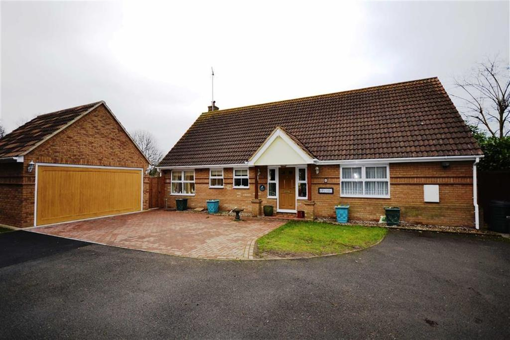 2 Bedrooms Bungalow for sale in Bakers Farm Close, Wickford, Essex