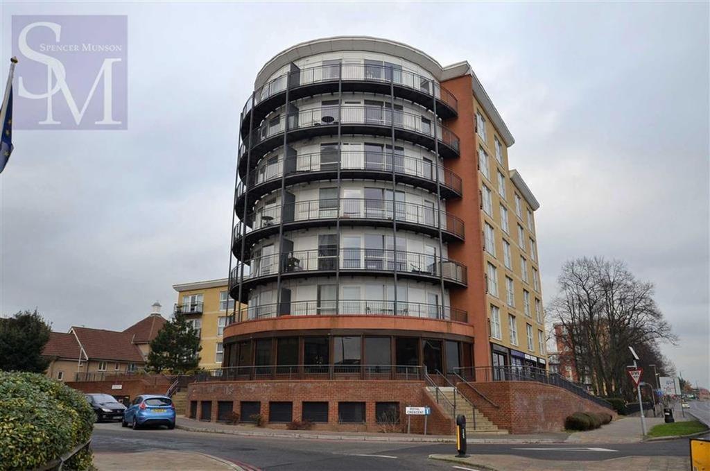 2 Bedrooms Flat for sale in Regal House, Newbury Park, Essex